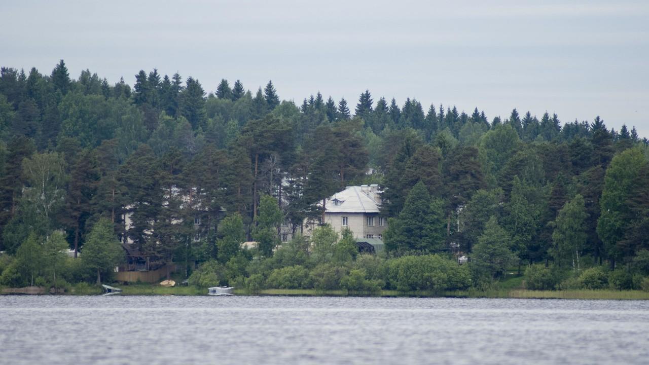 Вид на дома в Керро с озера Ройка